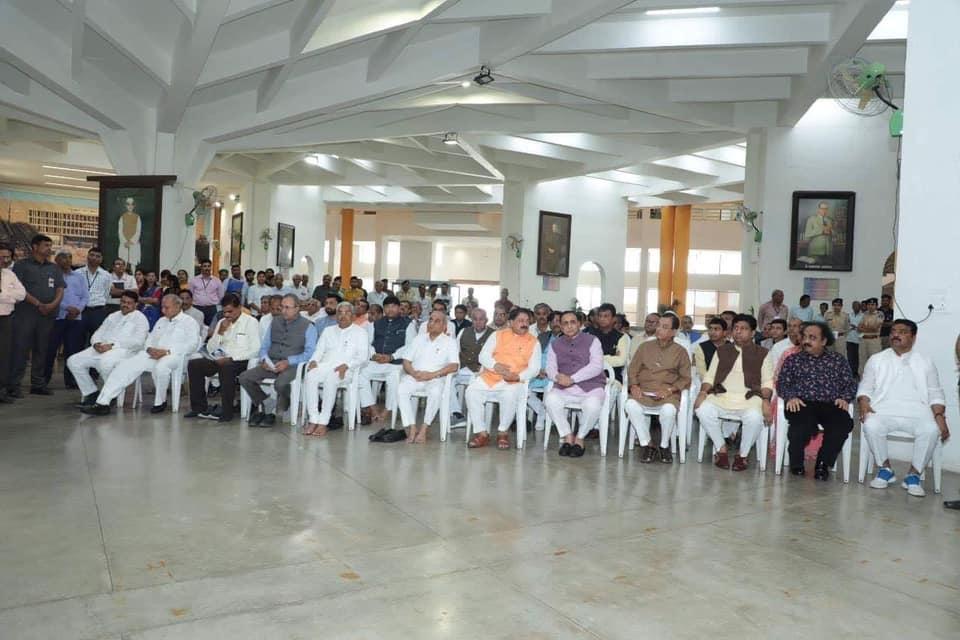 ગુજરાત વિધાનસભા ખાતે મહાગુજરાત આંદોલનના પ્રણેતા ઇન્દુલાલ કનૈયાલાલ યાજ્ઞિકજીની જન્મજયંતિ પર તેમને પુષ્પાંજલિ આપતા માન. મુખ્યમંત્રી શ્રી વિજયભાઈ રૂપાણી, નાયબ મુખ્યમંત્રી શ્રી નીતિનભાઈ પટેલતથા વિધાનસભાના અધ્યક્ષ શ્રી રાજેન્દ્ર ત્રિવેદી